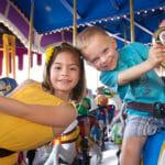 Corsi di inglese per ragazzi: nella foto due ragazzi divertendosi su una giostra.