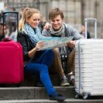 Corsi di inglese per adulti: giovane coppia in viaggio in cerca di albergo