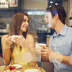 Corsi di conversazione in inglese: nella foto una coppia seduta al caffè godendo un momento insieme