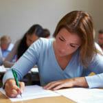 Certificazioni di inglese: nella foto giovane donna nell'aula dell'esame.
